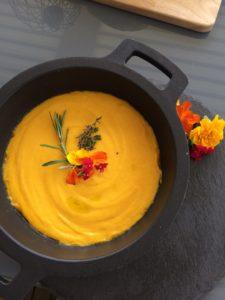 Crema de zanahorias con flores comestibles