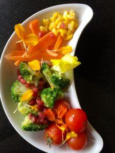 Ensalada de verduras con flores comestibles
