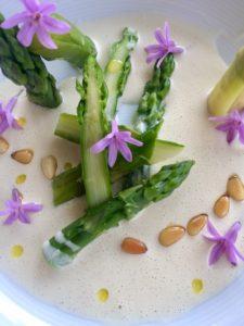 Espárragos ajo blanco con piñones y flores comestibles