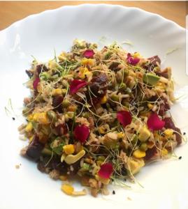 ensalada de arroz con flores comestibles