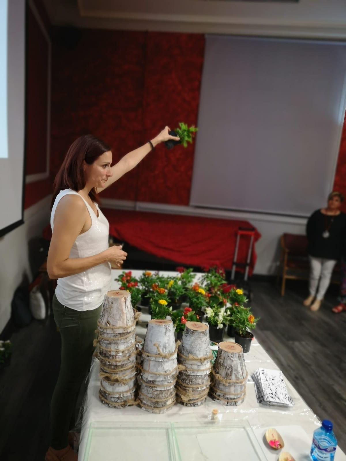 Laura Carrera explicando uno de las secciones del Taller de flores comestibles