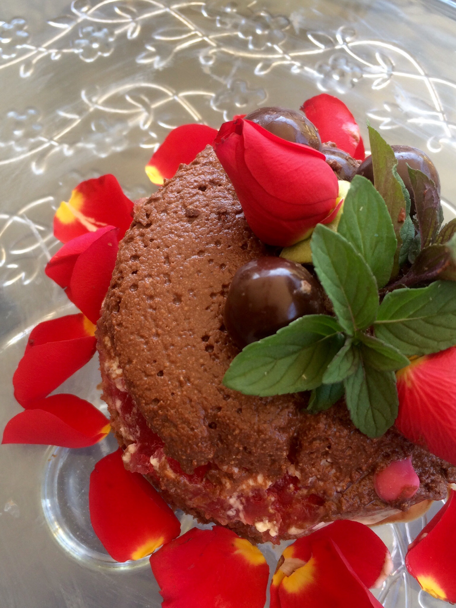 Mousse chocolate con rosas y menta